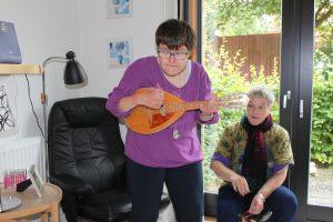 Karin gav et nummer på mandolinen