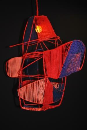 rød kasketmand - lampe - ståltråd og garn